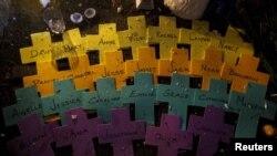 Кресты с именами погибших в школе «Сэнди-Хук». Город Ньютаун, штат Коннектикут, 18 декабря 2012 года.