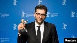 Danis Tanović drži Srebrnog medvjeda, specijalnu nagradu žirija, 66. Berlinale, 20. februar 2016.