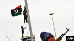 Libijski pobunjenik posmatra raketu, 15. mart 2011.