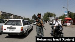 Owganystanyň polisiýa ofiseri barlag-geçiş nokadynda howpsuzlyk gözegçiligini berjaý edýär, Kabul, 6-njy awgust, 2017.