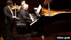 Daniel Barenboim și fiul său Michael, în concert la Doha, Qatar, în ianuarie 2013