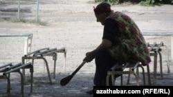 Oturgyçda oturan türkmen zenany.