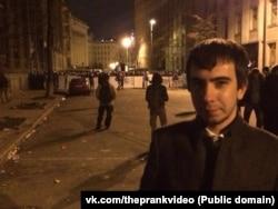 Пранкер Vovan222 під час мітингів у Києві недалеко від будівлі адміністрації президента України (фото групи вконтакті vk.com/theprankvideo)