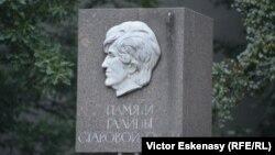 Мемориальный знак на площади Галины Старовойтовой в Петербурге
