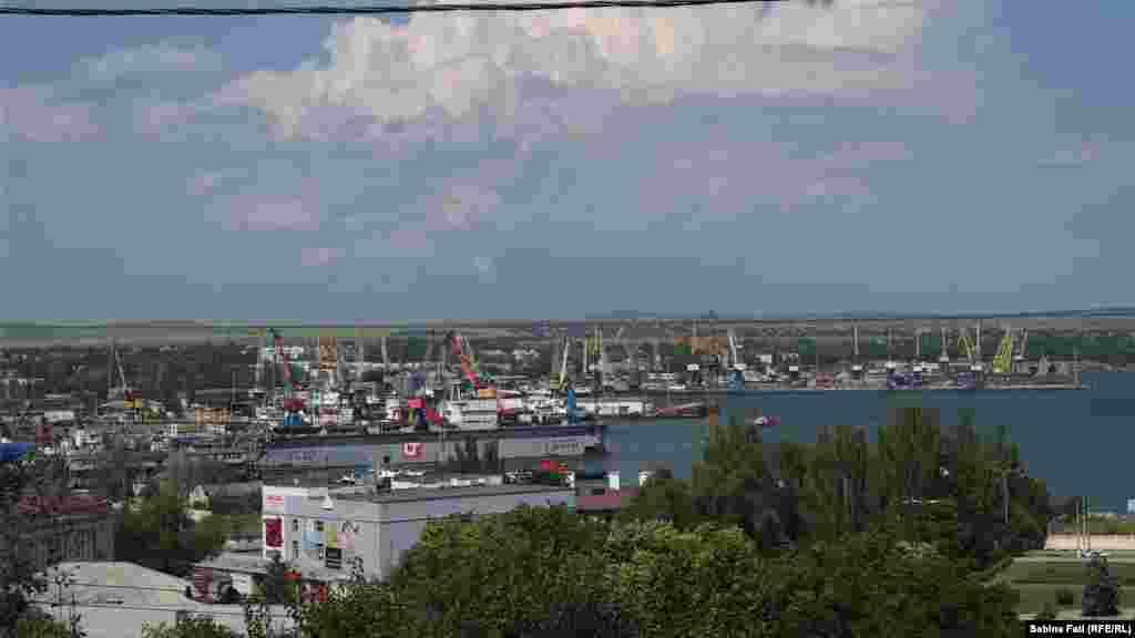 Суднобудівний завод «Залив» у Керчі до анексії Криму Росією був одним із найбільших суднобудівних підприємств у Східній Європі. Завод відомий як будівельник військових фрегатів