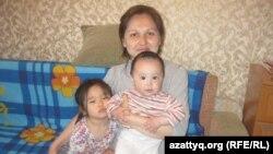 Зәуре Құдабаева екі қызымен. Алматы, 19 сәуір 2013 жыл.