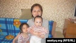 Зауре Кудабаева с детьми в своей комнате в доме юношества. Алматы, 19 апреля 2013 года.