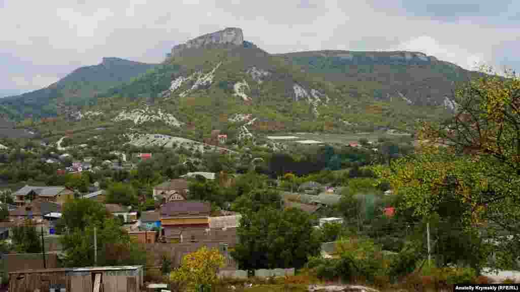Гору Утюг добре видно майже з будь-якої точки селища