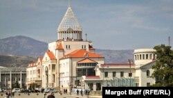 Здание парламента Нагорного Карабаха в Степанакерте