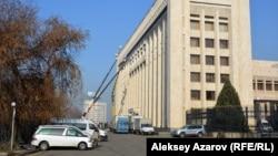 Несколько дней съемки фильма «В эпицентре мира» проходили в здании городского акимата Алматы (в прошлом здания ЦК Компартии Казахстана). Алматы, 19 декабря 2017 года.