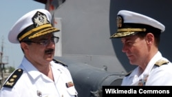 Бывший командующий Военно-морскими силами Азербайджана, вице-адмирал Шахин Султанов (слева). Архивное фото