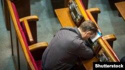 Депутат у сесійній залі Верховної Ради минулого року під час розгляду проекту держбюджету-2017, 21 грудня 2016 року