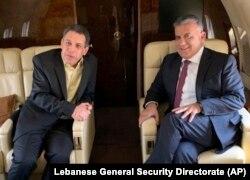 نزار زکا (چپ) همراه با عباس ابراهیم، مدیر امنیت عمومی لبنان، در یک پرواز خصوصی از تهران به بیروت.