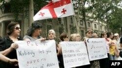 Georgians forming a human chain in Tbilisi