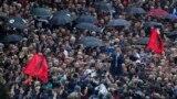 Oppozisiýa fewralyň ortalaryndan bäri hökümet resmilerini parahorlykda aýyplap protest geçirýärler. 13-nji aprel.