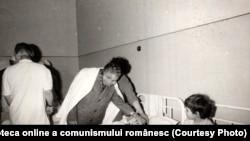 """16 martie 1977. Ceaușescu vizitând copiii răniți de cutremurul din 4 martie și internați în Spitalul """"Grigore Alexandrescu."""" Sursa: Fototeca online a comunismului românesc; cota:36/1977"""