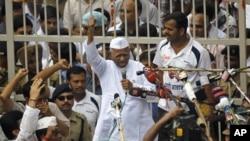 Сторонники приветствуют Анну Хазаре у ворот тюрьмы в Нью-Дели