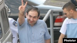 Armenia -- Arrested opposition leader Nikol Pashinian makes a victory sign as he is taken to a court in Yerevan on July 2, 2009.