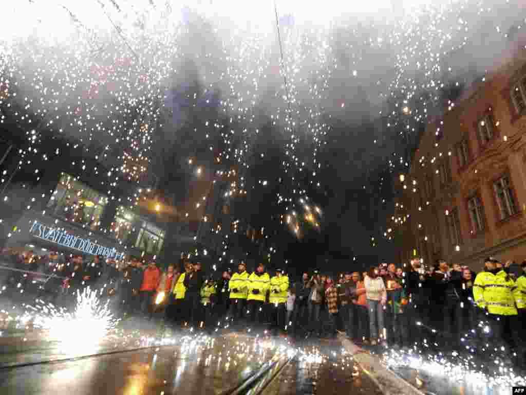 Чехія -- Феєрверк у центрі Праги, який символізує падіння «залізної завіси» - 17 листопада. Чеська Республіка відзначила 20-ту річницю Оксамитової революції. У цей день, у 1989 році, розпочались студентські протести на вулицях Праги. Вимоги студентів були: більше демократії, кінець комуністичному правлінню і вільні багатопартійні вибориPhoto by Joe Klamar for AFP