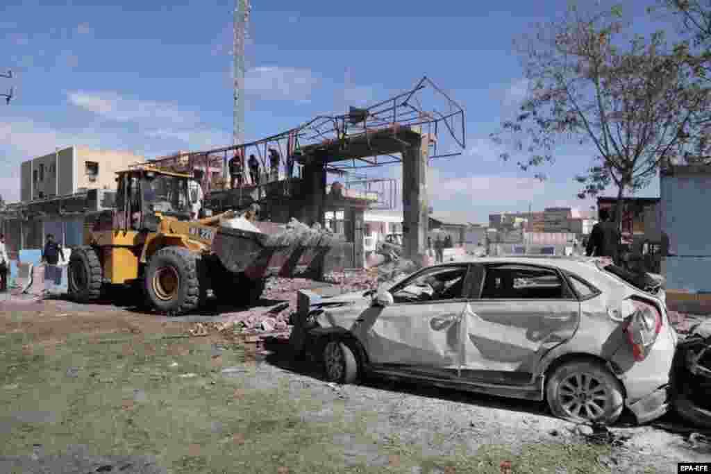 ИРАН - Најмалку тројца луѓе загинаа, од кои двајца полицајци, а десетици се ранети во самоубиствен напад во Иран, информираат тамошните власти. Автомобил-бомба експлодирал пред полициска станица во градот Чабахар во југоисточен Иран.