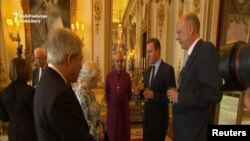 Фрагмент видеозаписи, на которой премьер-министр Великобритании Дэвид Кэмерон (второй справа) говорит о коррупции, Лондон, 10 мая.