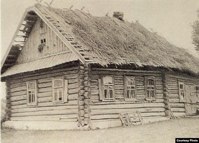 Хата, у якой жыў Максім Гарэцкі. Фота Радзіма Гарэцкага, 1965 год