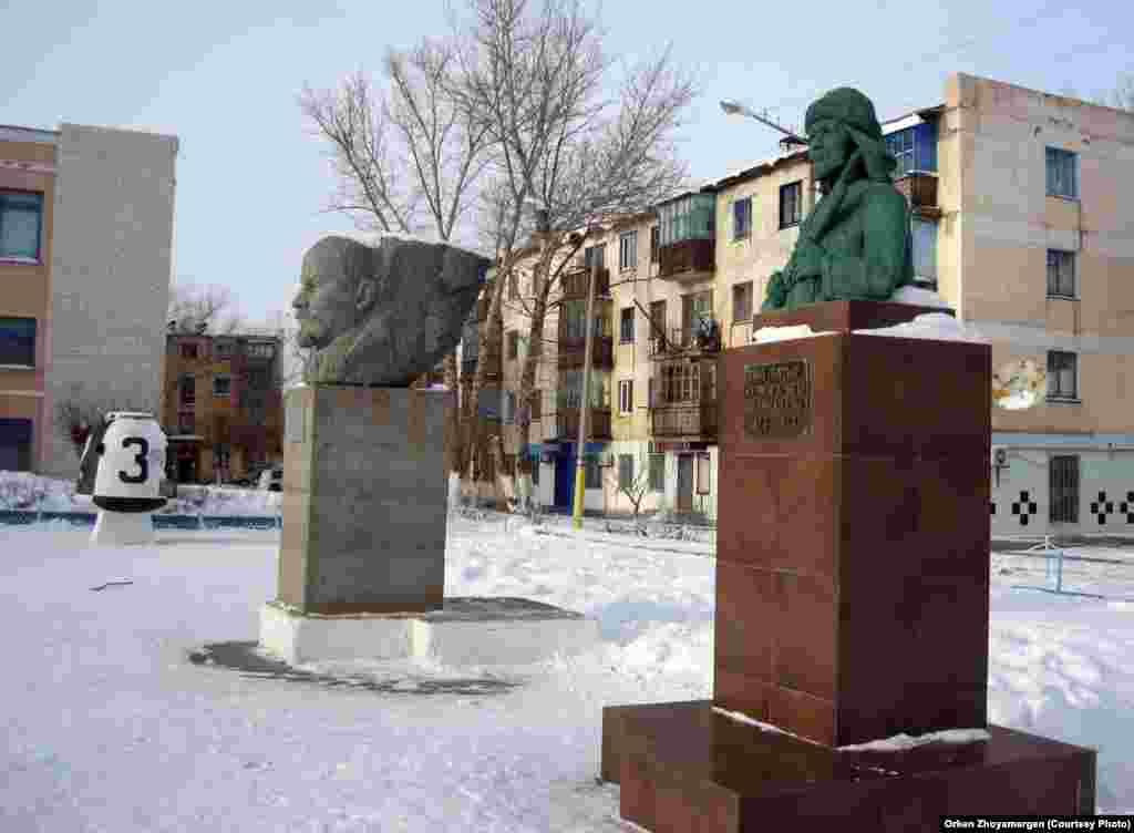 Памятники Кейки батыру и Ленину перед зданием краеведческого музея.