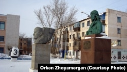 Памятники Ленину и Кейки-батыру в Аркалыке. Декабрь 2012 года.
