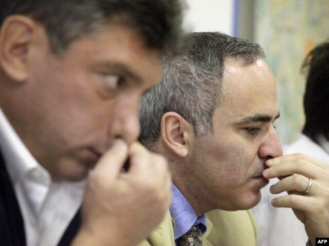 Лидеры российской оппозиции Борис Немцов и Гарри Каспаров после встречи с президентом США. 2009 год