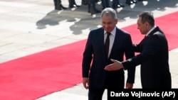 Ministri rus i Mbrojtjes, Sergei Shoigu dhe homologu i tij serb, Aleksandar Vulin në Beograd.