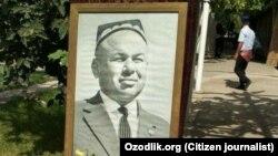 """Өзбекстанда """"мақта ісі"""" бойынша сотталып, Ислам Каримов билігі тұсында ұзақ жыл түрмеде отырған Ахмаджон Адыловтың портреті."""