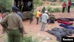 """""""Әл Шабаб"""" содырлары өлтірген адамдардың денелері жатқан жерде жүрген Кения әскерилері. Короме, 2 желтоқсан 2014 жыл."""