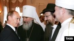 В России духовная власть предпочитает внимательно прислушиваться к светской. Митрополит Климент второй слева