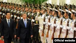 Во время официального визита Алмазбека Атамбаева в Китай, Пекин, 7 июня 2012 года.