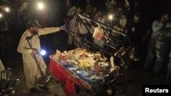 Көкөніс базарындағы жарылыс болған жерді зерттеп жүрген қауіпсіздік қызметінің өкілі. Лахор, Пәкістан, 1 тамыз 2012 ж.