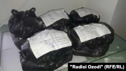 Мешки с просроченной мукой, изъятые на складах мукомольной компании «Сугдиён» в Таджикистане.