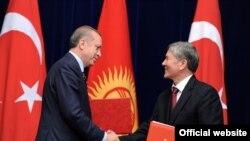 Түрк премьер-министри Эрдоган менен кыргыз президенти Алмазбек Атамбаев, 10-апрель 2013-жыл.