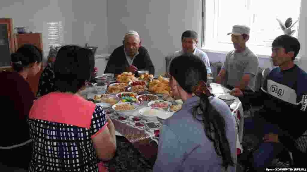 Шаймардан Касым со своими гостями за праздничным столом.