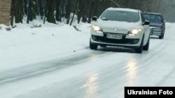 З погіршенням погодних умов автівки на літніх шинах перетворюються на небезпечний і некерований вид транспорту, кажуть фахівці