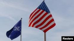 ABŞ-nyň we NATO-nyň baýdaklary, Brussel, 31-nji mart, 2017.