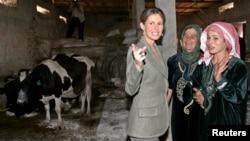 Асма ал-Асад, ҳамсари президенти Сурия ҳангоми сӯҳбат бо занҳои маҳаллӣ.