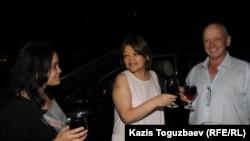 Справа налево: освобожденный условно-досрочно оппозиционный политик Владимир Козлов, адвокат Айман Умарова и гражданский активист Юлия Козлова. Алматы, 20 августа 2016 года.