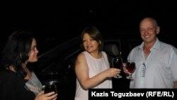 Справа налево: освобожденный условно-досрочно оппозиционный политик Владимир Козлов, адвокат Айман Умарова и гражданский активист Юлия Козлова. Алматы, 20 августа 2016 года