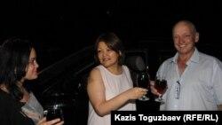 Адвокат Айман Умарова (ортада) түрмеден шыққан Владимир Козловты (оң жақта) үйіне жеткізгендердің бірі болды. Алматы, 19 тамыз 2016 жыл