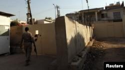 """رجل أمن عراقي خارج مكتب قناة """"الجزيرة"""" الفضائية في بغداد"""