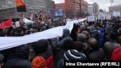 Участники акции в Москве на проспекте Сахарова 24 декабря держат гигантскую белую ленту - символ честных выборов