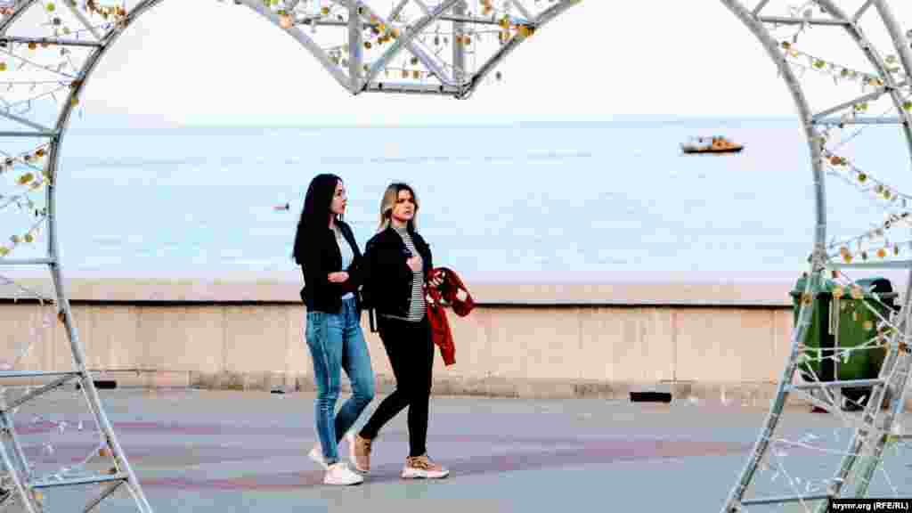 Алушта. Тут теж вільно можна гуляти по набережних і вулицях міста