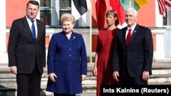 АҚШ вице-президенті Майк Пенс (оң жақта) Балтық бойы елдерінің басшыларымен бірге. Солдан оңға қарай: Латвия президенті Раймондос Вейонис, Литва президенті Даля Грибаускайте және Эстония президенті Керсти Кальюлайд. Таллин, 31 шілде 2017 жыл.