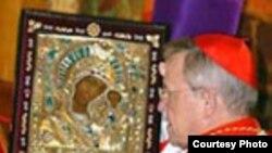Кардинал Вальтер Каспер шау-шу белән Казанга кайткан дивар потын тоткан.