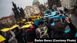 Ілюстраційне фото. Флешмобу на Карловому мосту. Прага, листопад 2014 року. (фото: Штефан Берец)